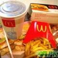 別將薯條、茄汁倒在麥當勞餐紙上進食圖片