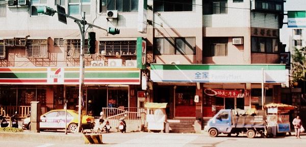 每一條巷口都有的便利商店.JPG