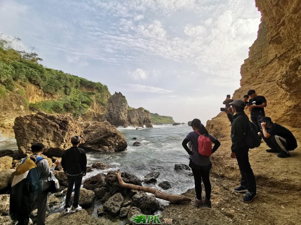 海蝕洞的另一邊,這邊區域比較大,很多網美在這邊拍照,不好意思拍她們入鏡 ... ... ...